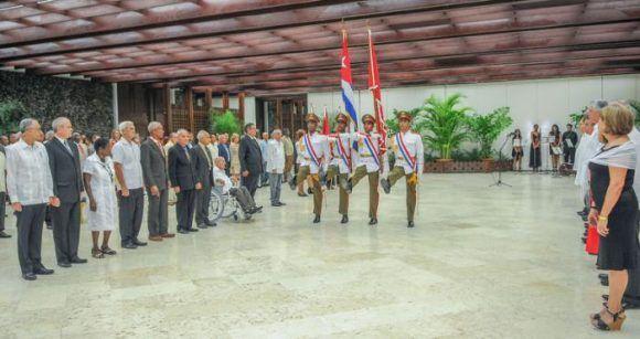 Entregan a trabajadores destacados la condición de Héroes del Trabajo de la República de Cuba. Foto: Jose M. Correa / Granma