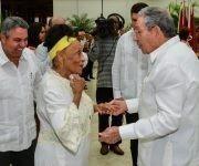 Raúl saluda a la cantante Omara Portuondo, durante la ceremonia de entrega de titulos de Héroes y Heroínas del Trabajo de la República de Cuba, efectuada en el Salón de Protocolo de Cubanacán, en La Habana, Cuba, el 29 de abril de 2017.   Foto:  ACN / Marcelino Vázquez Hernández
