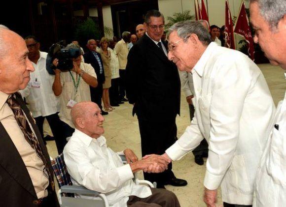 Raúl saluda al Héroe del Trabajo de la República de Cuba, Roberto Verrier, profesor de la Universidad Camilo Cienfuegos, de Matanzas, luego de concluida la ceremonia de entrega de títulos y condecoraciones, efectuada en el Salón de Protocolo de Cubanacán, en La Habana, Cuba, el 29 de abril de 2017. ACN FOTO/Marcelino VÁZQUEZ HERNÁNDEZ/ogm