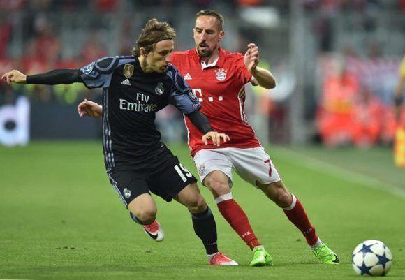 Ribery y Modric luchan una pelota. Foto tomada de Marca.
