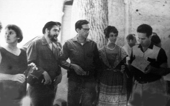 Suárez Gayol, primero de derecha a izquierda, en uno de los recorridos realizados por el Che en sectores de la industria.