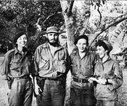 Vilma, Fidel, Raúl y Celia en el Central América, diciembre de 1958. Foto tomada de Fidel Soldado de las Ideas.