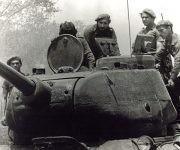 Fidel en un tanque durante los combates de abril de 1961.  Foto: Fidel Soldados de las Ideas.