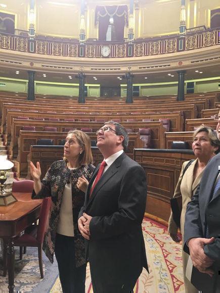 Pastor le mostró al jefe de la diplomacia cubana algunas de las estancias más importantes de la institución, como el hemiciclo. Foto: Eugenio Martínez/ Facebook.