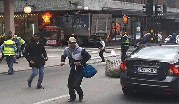 Caos en Estocolmo. En la imagen se observa el camión que atropelló a varias personas y se estrelló contra una tienda. Foto: @AdityaRajKaul/ Twitter.
