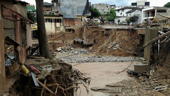 COL41. MOCOA (COLOMBIA), 01/04/2017.- FotografÌa cedida por la DefensorÌa del Pueblo de Colombia de la destrucciÛn ocasionada por una avalancha hoy, s·bado 1 de abril de 2017 en Mocoa (Colombia). Al menos 92 personas muertas y 212 heridas dejÛ la avalancha por la crecida de tres rÌos que arrasaron varios barrios de la ciudad colombiana de Mocoa, capital del departamento de Putumayo en el sur del paÌs, confirmaron hoy fuentes oficiales. EFE/DEFENSORÕA DEL PUEBLO/SOLO USO EDITORIAL/NO VENTAS