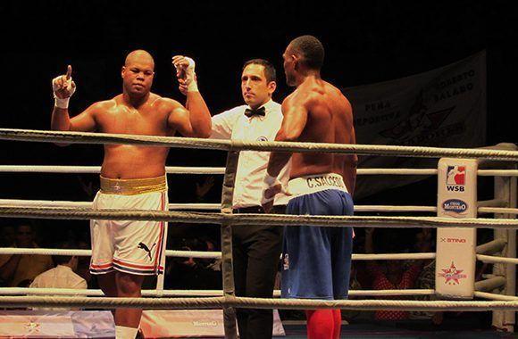 En la quinta pelea, el cubano José Ángel Larduet venció por abandono en el tercer asalto al colombiano Cristian Salcedo. Foto: Cinthya García Casañas/ Cubadebate.