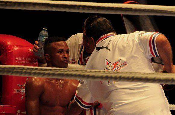 El tricampeón mundial Lázaro Álvarez intercambia con su equipo técnico. Foto: Cinthya García Casañas/ Cubadebate.