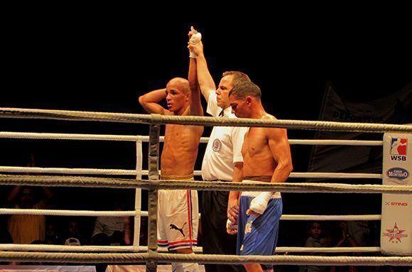 El cubano Frank Zaldívar ganó la pelea 2-1 al colombiano Ceiber Ávila. Foto: Cinthya García Casañas/ Cubadebate.