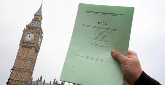 Un periodista posa frente al parlamento británico con una copia del documento del Brexit .REUTERS/Toby Melville