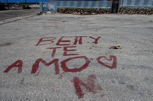 Con algo de suerte Betty se levantó temprano y al abrir la ventana se encontró el mensaje de M. Foto: Cinthya García Casañas/ Cubadebate.