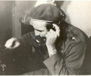 El Comandante imparte instrucciones a los combatientes revolucionarios durante la invasión de las tropas mercenarias dirigidas por el gobierno estadounidense a Playa Girón, 17 de abril de 1961. Foto: Fidel Soldados de las Ideas.