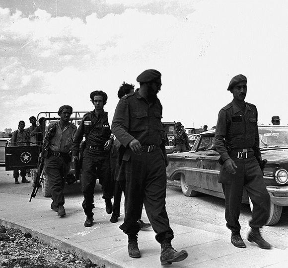 El Primer Ministro El Primer Ministro Fidel Castro Ruz a su llegada al teatro de operaciones de la invasión para dirigir la defensa y ofensiva contra los mercenarios, entrenados y pagados por el Gobierno de los Estados Unidos. Playa Girón, Cuba, 19 de abril de 1961. Foto: Prensa Latina/ Fidel Soldados de las ideas.