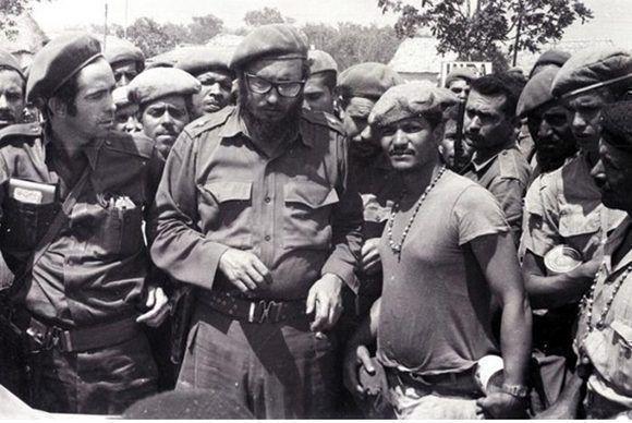 En Playa Girón, con el capitán Osmani Cienfuegos (a su derecha) y un grupo de milicianos, 17 de abril de 1961. Foto: Periódico Granma/ Fidel Soldado de las Ideas.