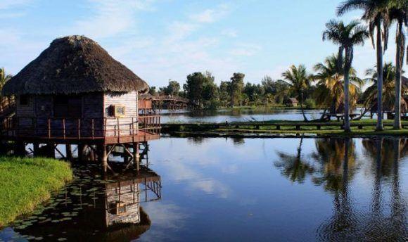 Ciénaga de Zapata avec 280 chambres et des bateaux prêts à lever l'ancre vers le village Taína