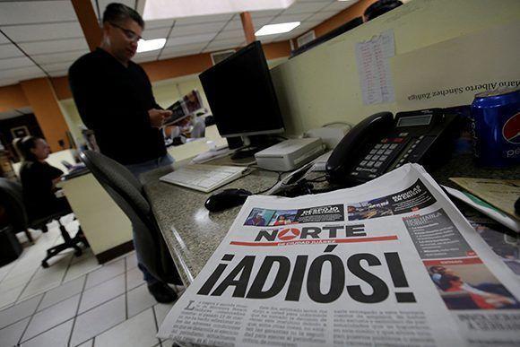 """Un ejemplar de El Norte de Ciudad Juárez que reza """"Adiós"""", después de anunciar el cierre del diario por la situación de violencia en la que viven los periodistas en México. Foto: Reuters."""