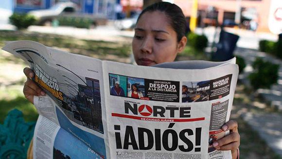 Mexicana lee la última edición del Diario El Norte de Ciudad Juárez. Foto: EFE.