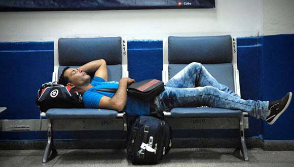 Molestias causadas a los pasajeros por la aerolínea Cubana de Aviación ante la demora de todas sus salidas por la terminal de vuelos nacionales del Aeropuerto Internacional José Martí. Foto: ACN/ Juan Pablo Carreras.