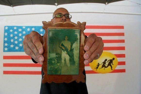 El veterano de guerra Ivan Ocon exhibe una foto de combate en un centro para los veteranos mexicanos deportados en Ciudad Juárez, el 19 de abril de 2017. Foto: AFP.