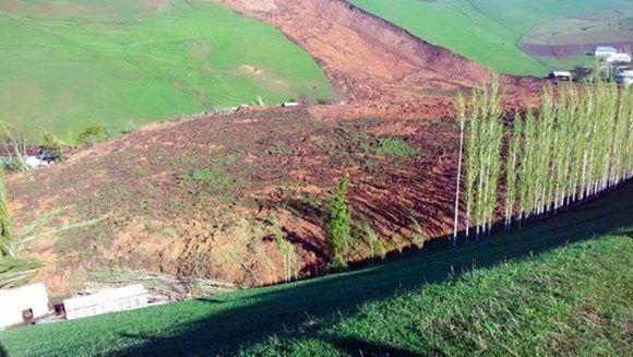 Siete casas fueron sepultadas y 40 familias afectadas producto del deslizamiento de tierra. | Foto: @DailySabah
