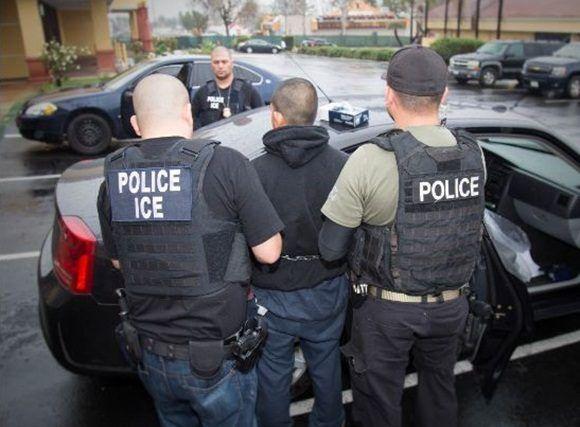 Agentes del Servicio de Inmigración y Aduanas de Estados Unidos (ICE) detienen a un indocumentado en Los Ángeles, el 7 de febrero. Foto Ap