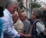 Miguel Díaz-Canel Bermúdez (I), miembro del Buró Político del Partido Comunista de Cuba y Primer Vicepresidente de los Consejos de Estado y de Ministros, saluda a combatiente del Directorio Revolucionario, durante el acto en homenaje al aniversario 60 de los sucesos de Humboldt 7, en la esquina de Malecón y Humboldt, en La Habana, el 20 de abril de 2017.   ACN  FOTO/Diana Inés RODRÍGUEZ RODRÍGUEZ/ogm