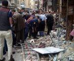Personas permanecen en el sitio de una explosión en Alejandría. Foto Xinhua