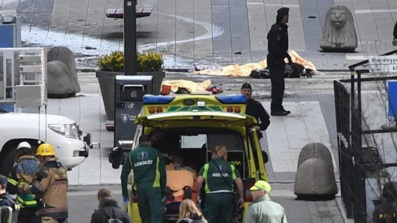 Los paramédicos y la policía llegan al lugar de los atentados. Foto: AP.