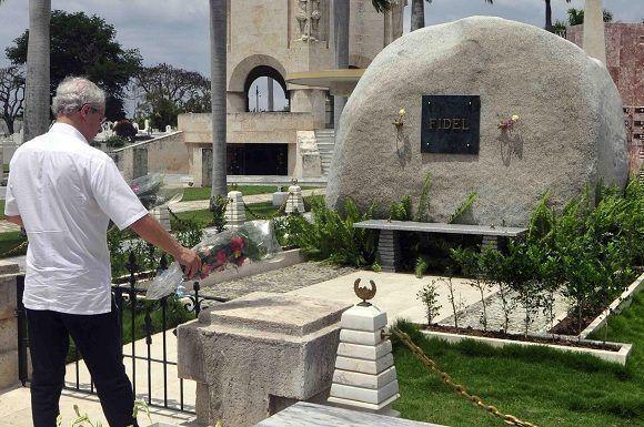 El teólogo, pedagogo y periodista brasileño Frei Betto rinde homenaje al Comandante en Jefe Fidel Castro Ruz, ante el monolito donde descansan sus cenizas. Foto: Miguel Rubiera Jústiz/ ACN