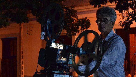 Proyectan película en el parque Calixto García durante el Festival Internacional de Cine de Gibara 2017. Foto: ficgibara.cult.cu
