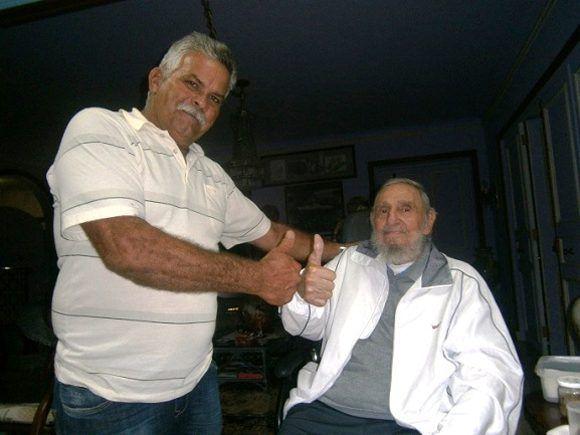 Omar González Santamaría, un apasionado de la agroecología, junto a Fidel Castro Ruz. Foto: Cortesía del entrevistado/ Radio 26.