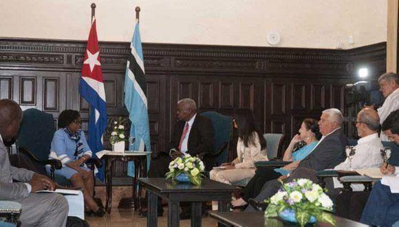 La presidenta de la Asamblea Nacional de Botswana, Gladys Kokorwe, y su homólogo cubano, Esteban Lazo. Foto: Prensa Latina.