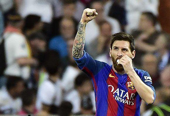 Lionel Messi celebra el gol del empate 1-1 con una proteccioón en su boca debido a un golpe. Foto: AFP.