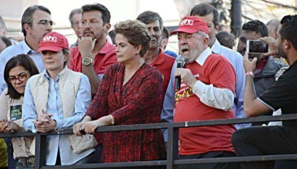 Los líderes del PT estuvieron junto a miles de personas en el sur de Brasil. Foto: Folha de Sao Paulo.