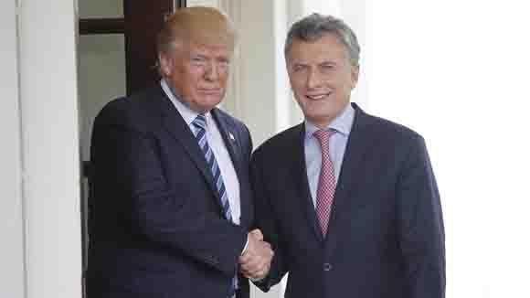 Los presidentes Donald Trump y Mauricio Macri se dan la mano. Foto: AP.