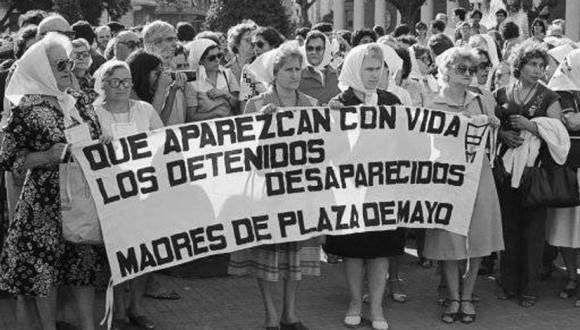Las Madres de la Plaza de Mayo reclaman por los hijos desaparecidos durante la dictadura en Argentina. Foto: Archivo.