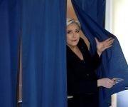 Le Pen luego de votar. Foto: @teleSURtv/ Twitter.