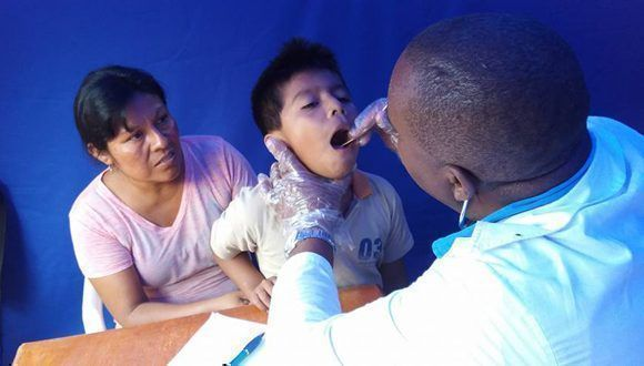 El cariño y la ternura de los médicos cubanos, conmueven a los pacientes. Foto: Enmanuel Vigil Fonseca.