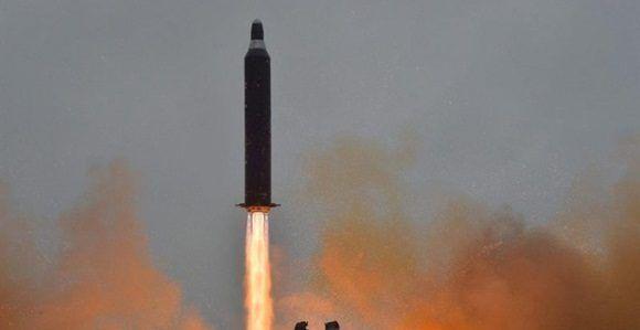 Fotografía de archivo sin fechar proporcionada por la agencia estatal de noticias norcoreana KCNA, que muestra un misil balístico estratégico tierra a tierra Hwasong-10, también llamado Musudan.
