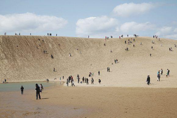 Las ondulantes dunas de arena dorada se extienden 16 kilómetros a lo largo de la costa de Tottori y fueron convertidas en un parque nacional. Foto: Ko Sasaki/ The New York Times.