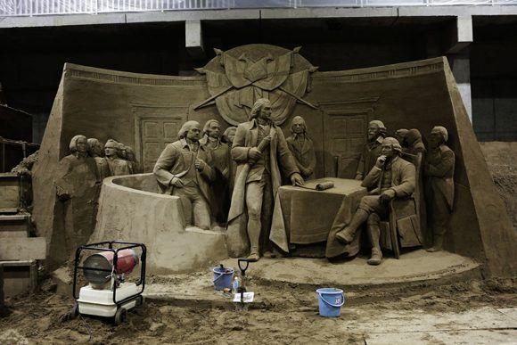 Una de las obras muestra la firma de la Declaración de Independencia de Estados Unidos. Foto: Ko Sasaki/ The New York Times.