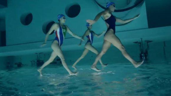Ilusión óptica: ¿estas nadadoras de natación sincronizada caminan sobre el agua? Foto: Facebook.