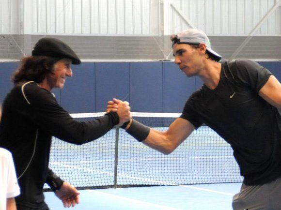 Rafa Nadal junto a Gullermo Vilas, a quien rompió el récord de más títulos sobre tierra batida. Foto: Twitter.