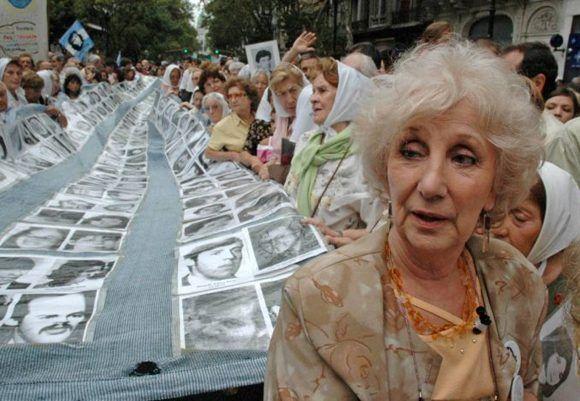 Estela de Carlotto, presidenta de las Abuelas de la Plaza de Mayo, al frente de una marcha. Foto: Twitter.
