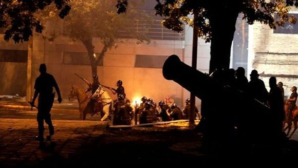 El Congreso fue incendiado por los manifestantes. | Foto: Reuters.