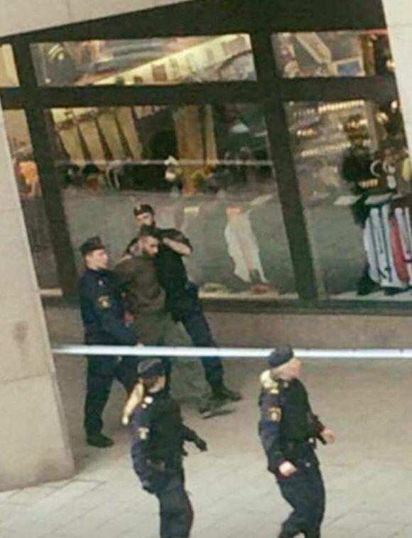 La policía trapa a un sospechoso del atentado en Estocolmo. Foto: @AdityaRajKaul/ Twitter.
