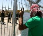 Los palestinos protestan contra la detención administrativa de sus conciudadanos frente a una cárcel israelí. Foto: HispanTV.