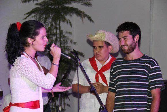 Anamarys le canta a un miembro del público durante el l IX Coloquio Internacional de Musicología, celebrado en Casa de las Américas. Foto: José Raúl Concepción/ Cubadebate.