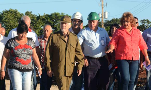 Valdés Menéndez también recorrió áreas de la Empresa Oleohidráulica Cienfuegos. Foto: ACN.