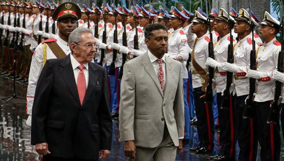 El General de Ejército Raúl Castro Ruz (I), Presidente de los Consejos de Estado y de Ministros, y Danny Faure (C), presidente de la República de Seychelles,  durante  la ceremonia de recibimiento oficial en el Palacio de la Revolución, en La Habana, Cuba, el 27 de abril de 2017. Foto: ACN/ Abel Padrón.